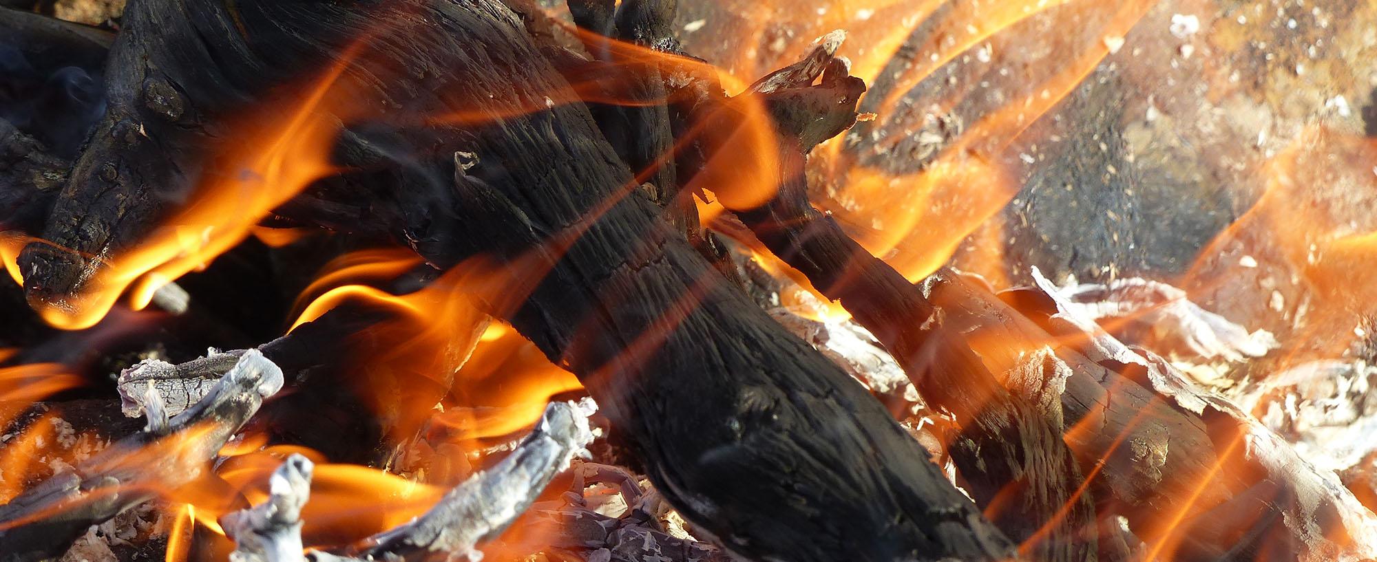 """Bålet og menneskenes forhold til ild er helt sentralt i samfunnsutviklingen og kanskje det mest essensielle når det gjelder overlevelse og sosialt samkvem i hus, hytte og i friluftssammenhenger i skog og mark og i fjellet. Engelskmennene kaller vår form for bålbrenning på tur for """"The Scandinavian Art of Firemaking"""""""